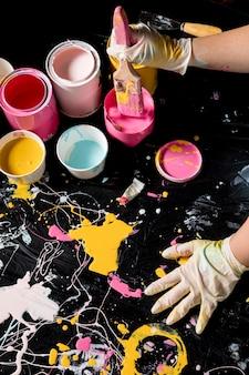 Художник рисует красками и кистями