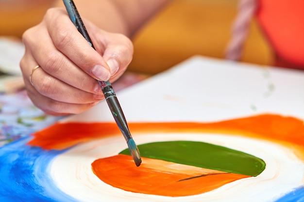 アーティストは、ブラシを使用してガッシュで風景を描きます