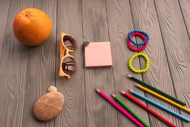 碑文のためのアーティストの鉛筆。アクセサリー日焼け止めspfケア。サングラスブレスレットオレンジ