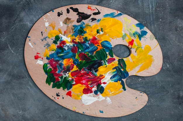 テーブルの上のアーティストの小道具コレクション