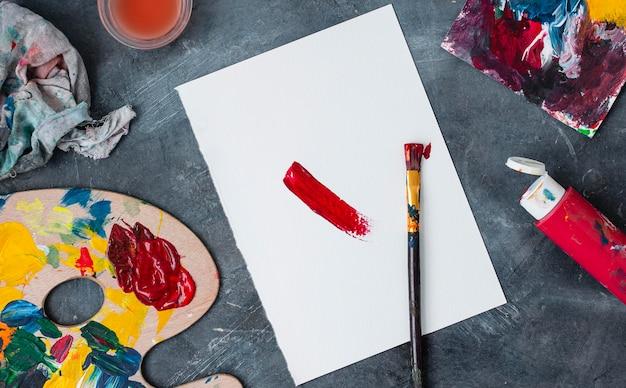 Коллекция реквизита художника на столе