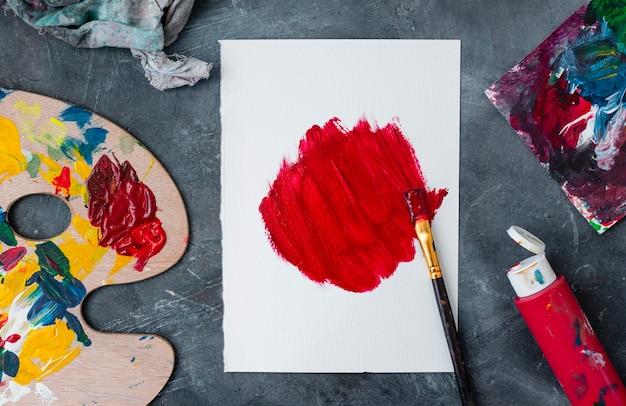 Collezione di oggetti di scena dell'artista sul tavolo