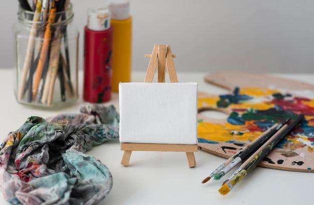 テーブルの上のアーティストの小道具