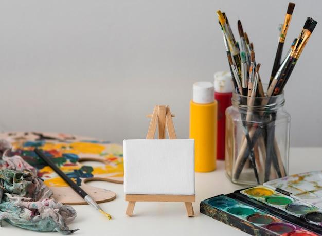 Oggetti di scena dell'artista sul tavolo