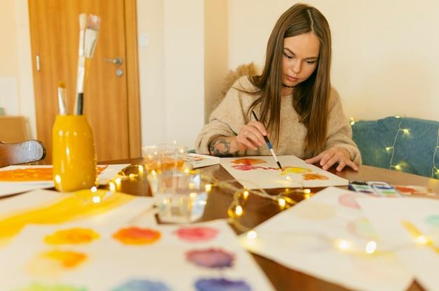 책상에 앉아 작품과 아티스트