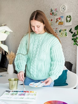 彼女のスタジオで水彩画を使用しているアーティスト