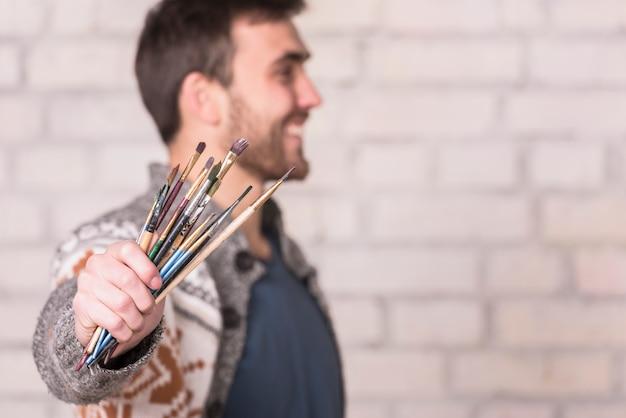 ブラシを持つアーティスト