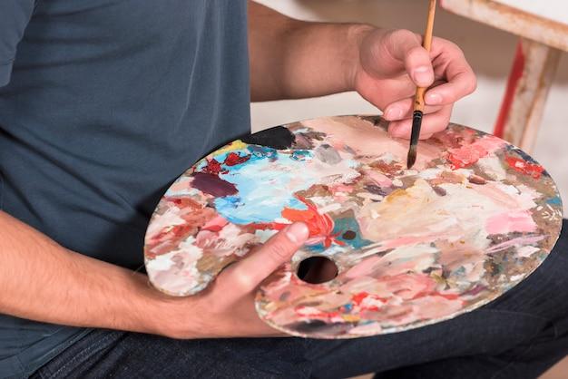 Artista con tavolozza dei colori