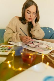 肖像画を描くアーティストの女性