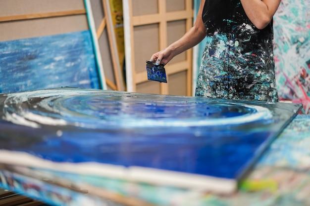 집에서 그녀의 아틀리에 스튜디오 내부 그림 아티스트 여자-손에 초점