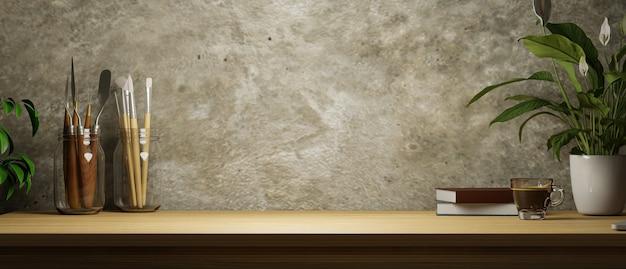 Рабочее пространство художника гранж бетонная стена чердака копия пространства на деревянном столе инструменты для рисования