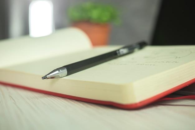 スケッチアート、創造的なデザインの写真のためのノートと鉛筆でアーティストワークスペースの背景