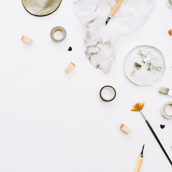 白い背景にペイント ブラシとツールを備えたアーティストのワークスペース。クリエイティブ アート コンセプト。平置き