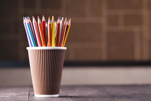 Художественная концепция, много карандаш в кружку на деревянный стол