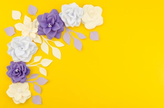 コピースペースを持つ芸術的な花のフレーム