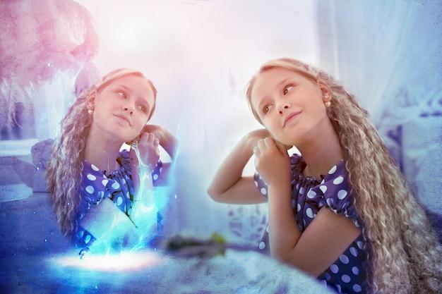 Художественный портрет волшебной красивой длинноволосой девушки, смотрящей в своем волшебном отражении в сказочной обстановке. понятие сказки о красоте и фантастике