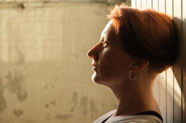 여자의 프로필 백라이트 초상화 redhaired 여자의 예술적 초상화