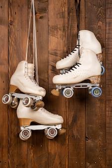 木材の背景に芸術的なローラースケート