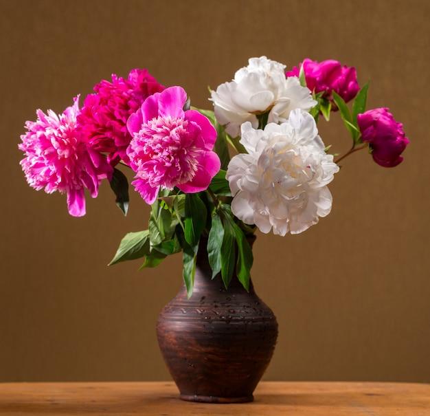 Художественный натюрморт с пионами в вазе