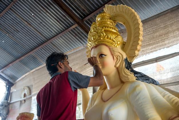 ドゥルガー女神の彫刻を作り、仕上げるアーティスト。