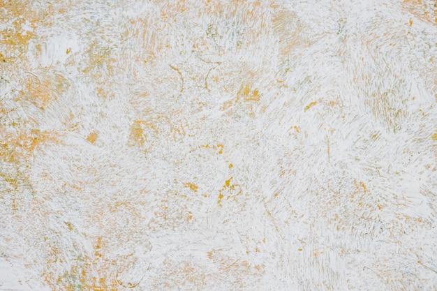 アートワーク。オレンジと黄色の壁に抽象的な白い水彩画アート、熱いトーンでペイントの筆をクローズアップ。紙にはね、手描き、バナーデザインのテクスチャ