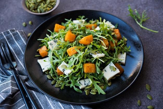 Arugula, 블루 치즈, 호박, 호박 씨앗, 접시에 샐러드, 선택적 초점