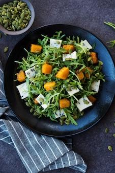 아루굴라, 블루 치즈, 호박, 호박 씨앗, 접시에 샐러드, 위쪽 전망