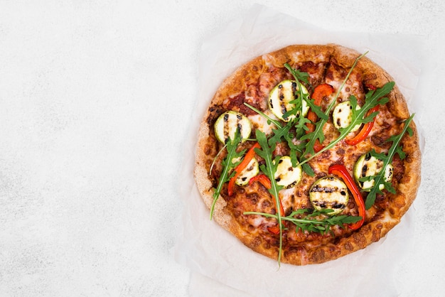 Руккола пицца с белым фоном