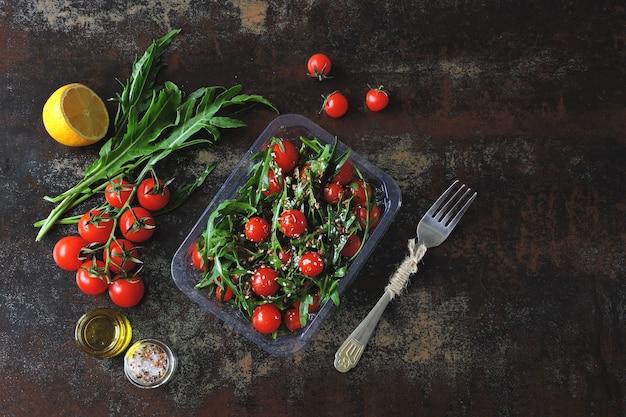 Салат из рукколы и помидоры черри с семечками на вынос.