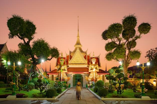 アルンラチャワララム寺院美しさを訪れる観光客はいまだにいます。しかし、その数は、特に中国人、日本人の旅行者にとっては劇的に減少しています。