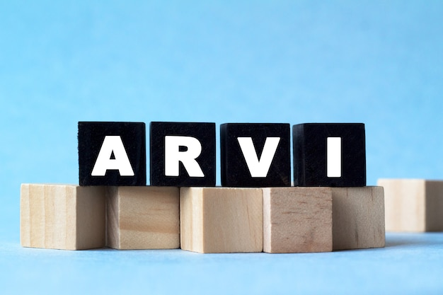 Arvi. 텍스트는 어둡고 밝은 큐브에 있습니다. 의료, 마케팅 개념을위한 밝은 솔루션