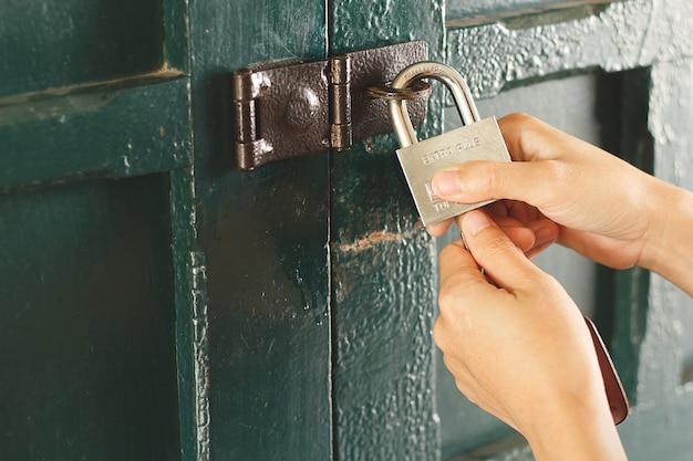ドアをロックするasainの女性の手。