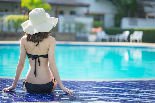 Женщины asain с бикини наслаждаются летними каникулами