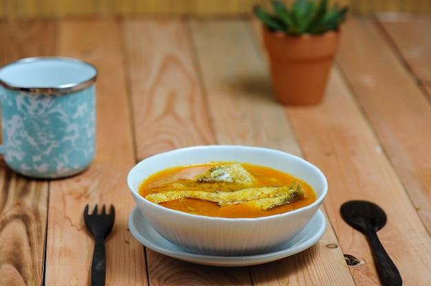 Asam pedas、またはマレーシアで人気のある魚を使って通常調理されるスパイシーな酸辣湯カレーと訳されています