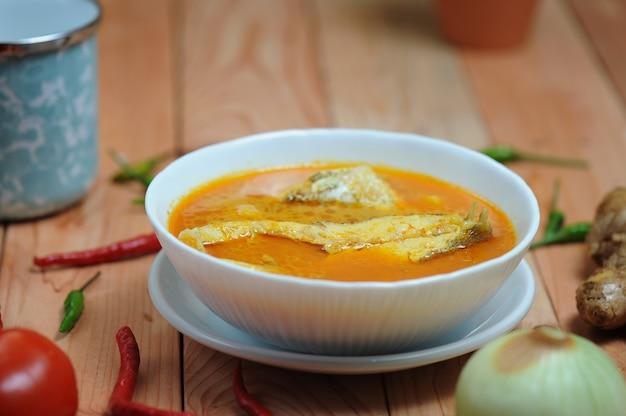 Asam pedas、またはマレーシアで人気のある魚を使って通常調理されるスパイシーな酸辣湯カレーと訳されています Premium写真