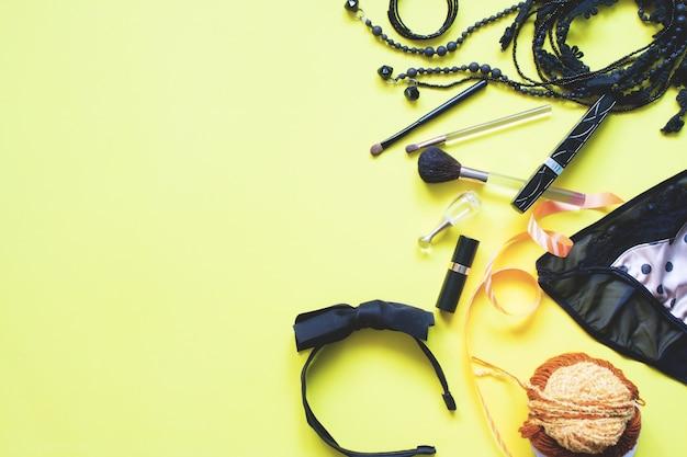 黄色の背景に黒と黄金の概念で女性のasccessoriesのフラットなレイアウト、春のファッションコンセプトのコピースペース