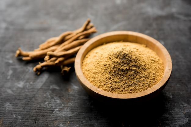 Ashwagandha 또는 aswaganda or 인도 인삼은 줄기와 분말 형태의 아유르베다 약품입니다. 일반 배경에 고립. 선택적 초점