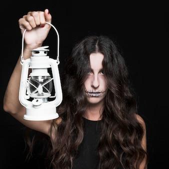 ランプを持っているashy女性