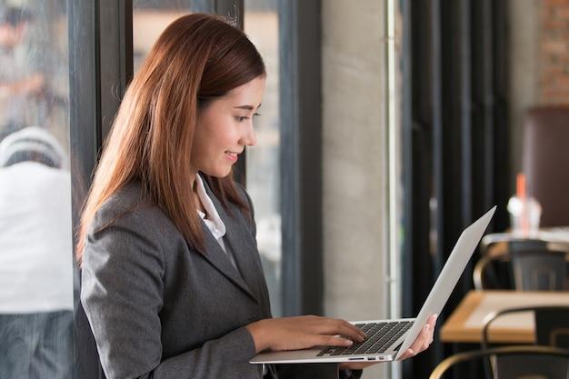 カフェで働くアジアのビジネスの女性