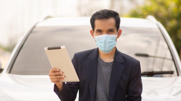 아시아 사업가 의료 마스크 착용 covid19 코로나 바이러스 및 야외 태블릿 기술 보호