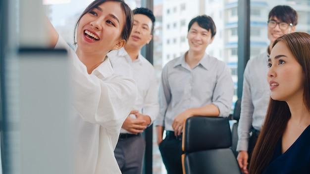 아시아 기업인과 경제인 회의 비즈니스 프레 젠 테이 션 프로젝트를 수행하는 브레인 스토밍 아이디어를 회의 계획 성공 전략 작은 현대 사무실에서 팀워크를 즐길 수 있습니다.