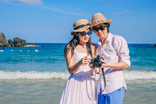 Азия пара путешественник счастлив на пляже во время отпуска.