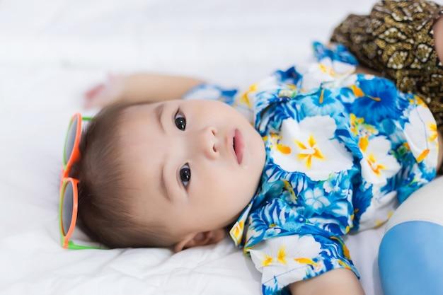 アジアの子供、夏のコンセプト。タイでのソンクランフェスティバルコンセプト