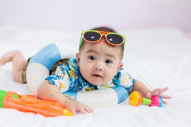 夏のコンセプトを持つアジアの子供。タイでのソンクラン祭りのコンセプト