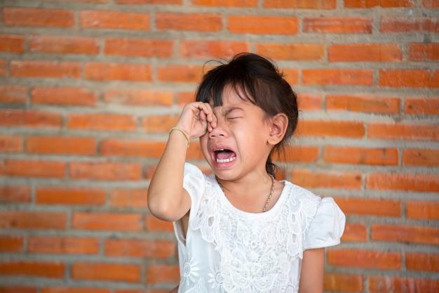 悲しそうな表情のアジアの少女たち、悲鳴を上げて泣きます。