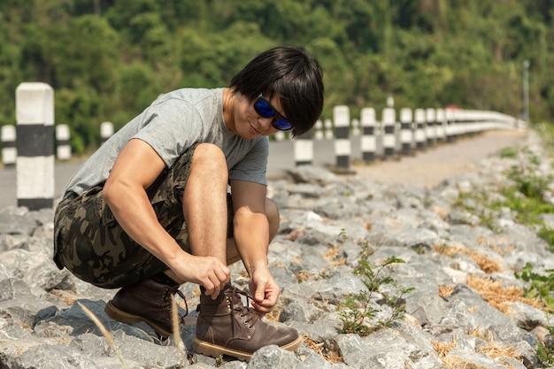 버뮤다 반바지와 티셔츠, 야외 활동 개념의 아시아 남자