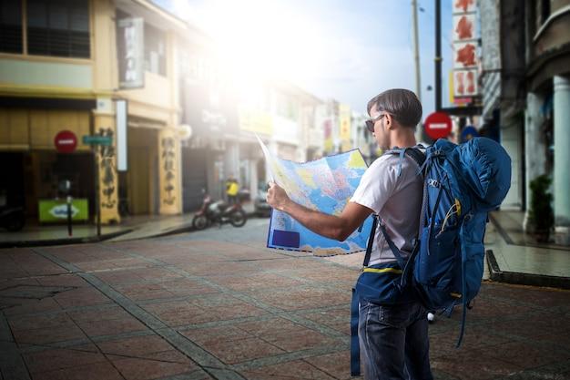 都市の通りのアジアの読書地図