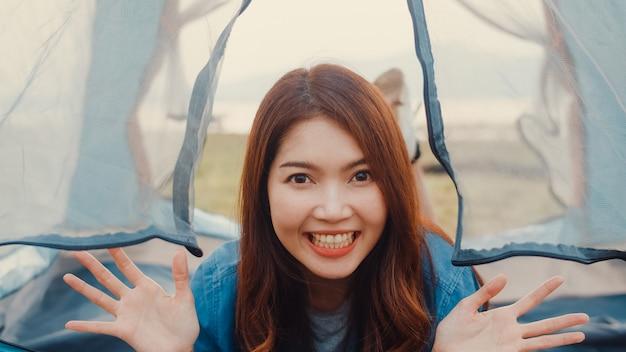 アジアのティーンエイジャーの女の子のインフルエンサーの記録映像を紹介し、キャンプ場で幸せな瞬間を楽しんでいるフォロワーにキャンプ場を紹介します