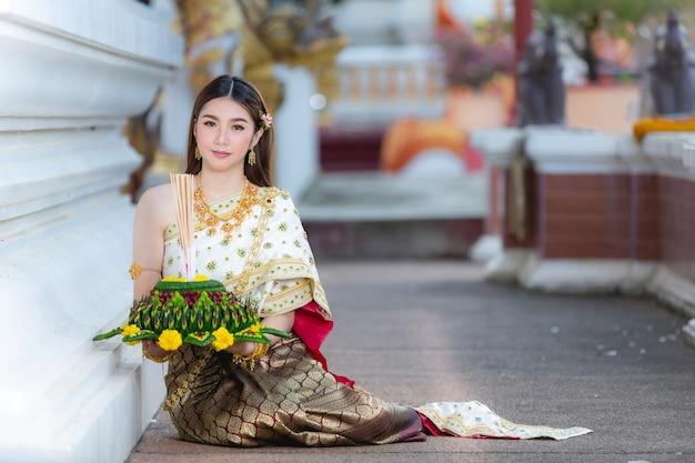 タイのドレスを着たアジアの女性伝統的なホールドクラトンロイクラトンフェスティバル