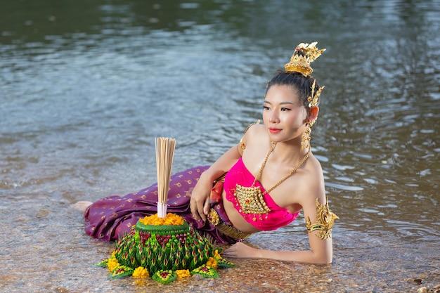 태국 드레스 전통 kratong 보류 아시아 여자. 로이 크라 통 축제